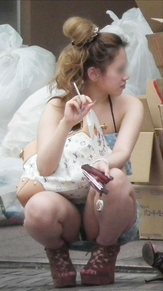 タバコで一服してる無防備な姿がエロすぎて激写してしまったwwwwwww【画像30枚】28_20170617022006b06.jpeg