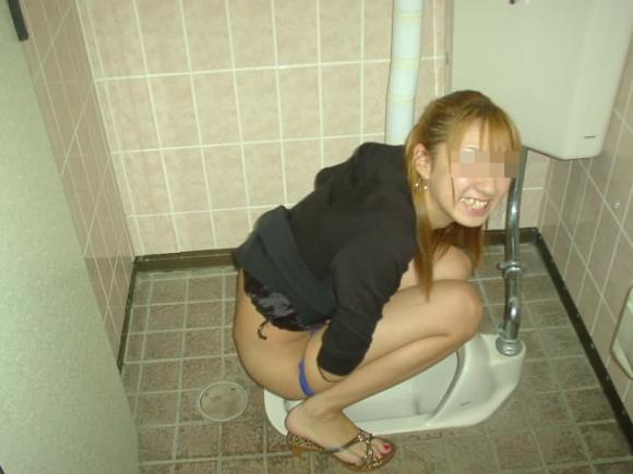 【リベポル】トイレ中の彼女の恥ずかしい姿を撮ってネットにうpしちゃうオバカ彼氏が正月から登場wwwwwww【画像30枚】29_201701040101332f6.jpeg