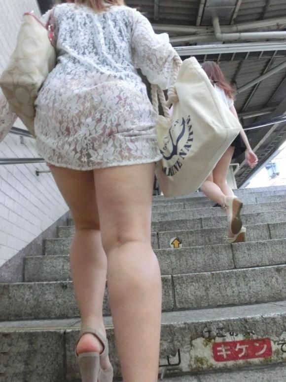 白いスカートを履いてる女の子ってパンティ透けて見えるからエロいよなwwwwwww【画像30枚】29_20170629114529b67.jpeg