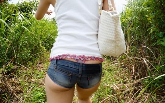 【着衣エロ画像】短いホットパンツで尻肉見せつけてくる女の子が増殖中wwwwwww【画像30枚】29_20170712023726c48.jpeg