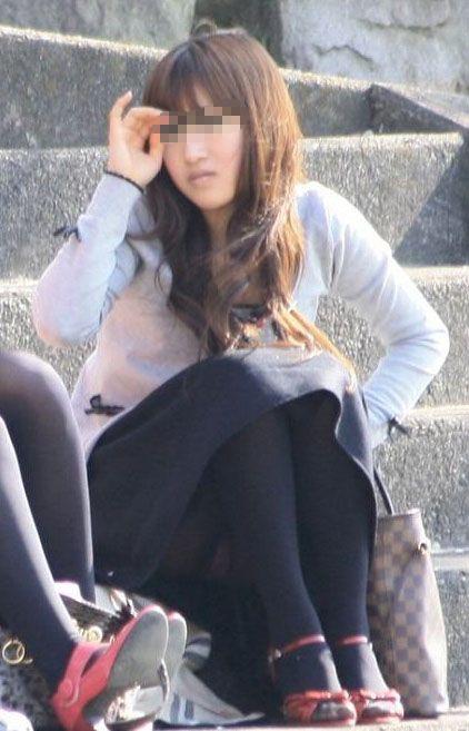 階段や段差に座ってる女の子のパンチラ率の高さは異常wwwwwww【画像30枚】29_2017091902435751e.jpg