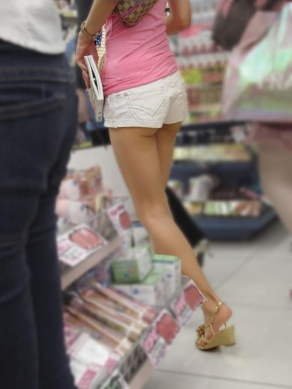 外なのにおしりのプリプリ感を強調して歩いてる女の子ってなんなのwwwwwww【画像30】30_20170921012611981.jpg