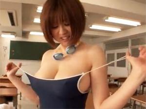 教室で水泳部の後輩男子を乳輪はみ出しIカップ巨乳で誘惑してスク水をずらしてマンコを触らせる先輩女子