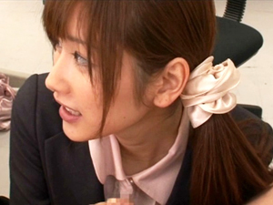 【絵色千佳】職場恋愛の彼女に仕事中に求められ同僚達にバレないようにオフィスでSEX!