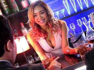 【藤本紫媛】巨乳黒ギャル店員がお客さんをフェラチオして飲精しまくる大人気ガールズバー