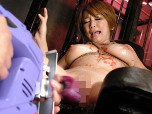 【小坂めぐる】ショートカット巨乳美女が身動きとれない状態で高速マシンバイブでパイパンマンコを掻きまわされ連続絶頂!