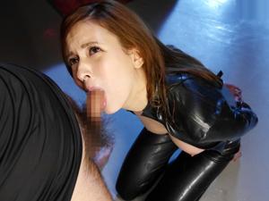 【水咲ローラ】ラバースーツの女秘密捜査官が監禁され手を縛られたままノーハンドフェラで喉奥を突かれ口内発射!