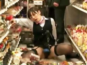 【長澤あずさ】電マ固定パンツを装着してコンビニで感じすぎて動けず心配して集まった人たちの前で失禁する巨乳M女!