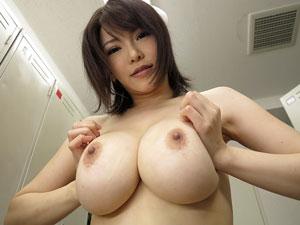 最新治療と称してローションパイズリで挟射させる爆乳痴女看護師 沖田杏梨