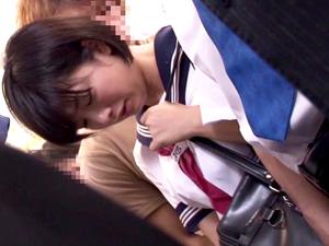 【紗倉まな】電車で痴*され大粒の涙をこぼしながら潮吹きしてイッてしまうショートカット美少女