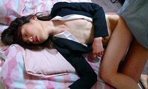 薬入りの飲料を口にして眠ってしまった女子大生をレ●プするマンションの管理人  【tube8】