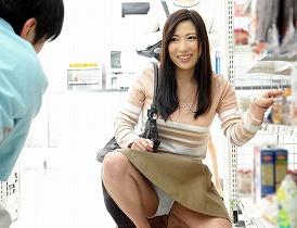 欲求不満な若妻がコンビニ店員をパンチラで誘惑 【tube8】