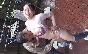 ゲリラ豪雨の中、変態男に乳首をいじられ絶頂する専業主婦、室内で激ピストンレ〇プされる・・・ 【tube8】