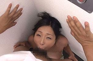 壁の隅に追いやり窒息寸前のイラマチオ、口内射精ザーメンごっくん! 【tube8】