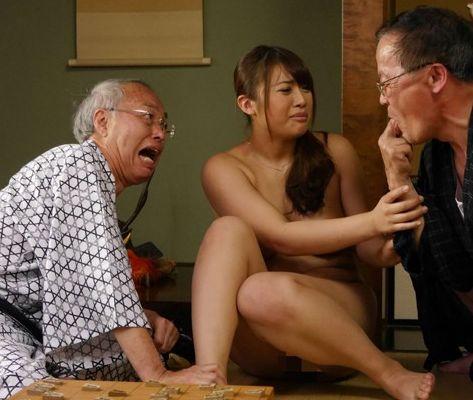 自分が負けたらまどかの服を脱がせるとの条件を掲げる。そして義父の前で辱められてしまったまどかは、次第に老人との性行為にのめりこみ、義父との肉体関係にまで発展していく…。香乃まどか