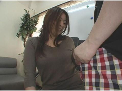 センズリ鑑賞でオマンコの疼きを抑えきれなくなってしまった巨乳素人妻が…