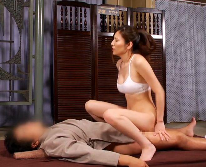 足から腕、乳首から性器に至るところまでサウナレディのクリトリスで擦り上げ、温かい膣で包み込む…