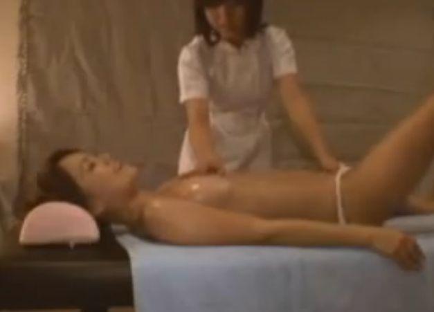 レズエステ、手マンと電マで喘ぐ女性