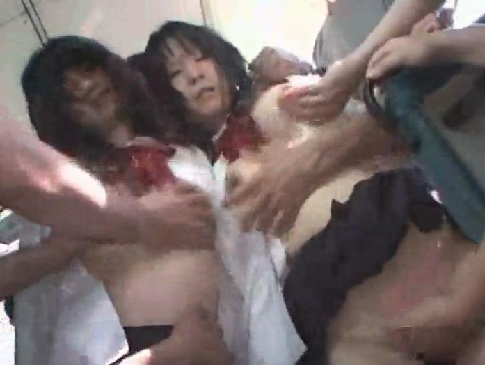 バスで男達に囲まれ襲われる女の子達