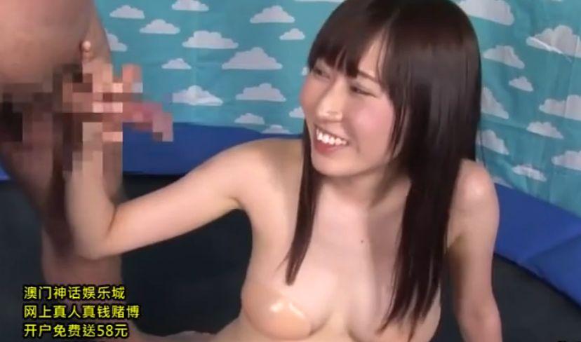 ヌードブラを着けた巨乳の女の子がトランポリンで跳ねて頭上の風船を割るゲーム!