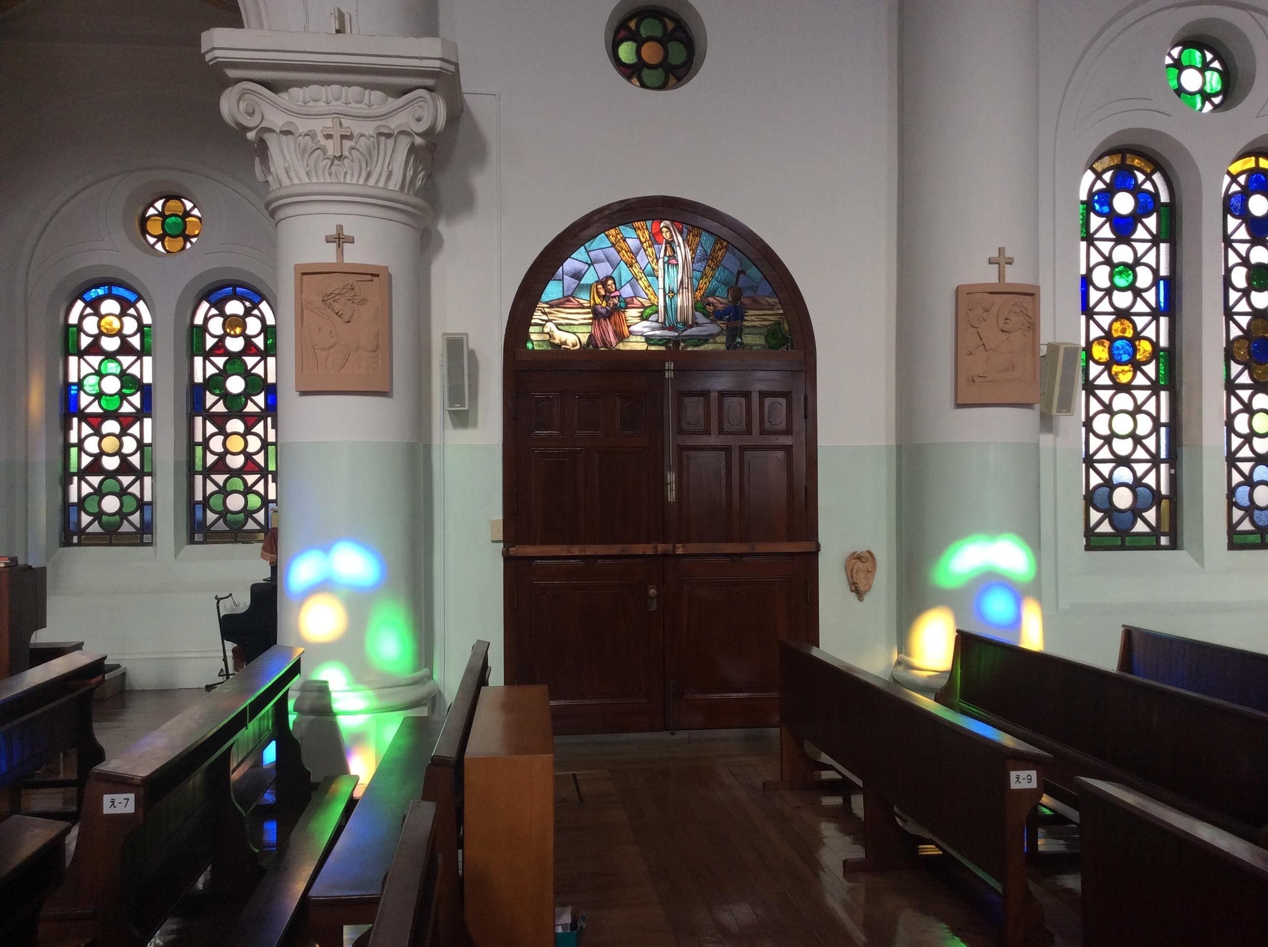 内部東側壁面ステンドグラス