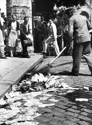 ドイツ街中に捨てられた紙幣