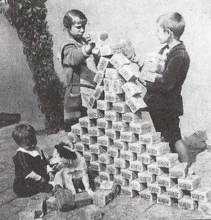 ドイツ札束で遊ぶ子供