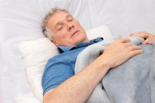 布団で寝ている人