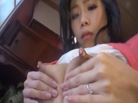 アダルト動画:美人奥様の溢れ出る母乳!