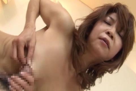 アダルト動画:貧乳熟女に中出し