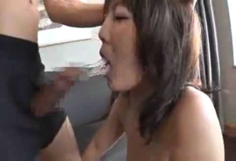 舐めまわしたニンジンをマンコに突っ込みオナニーする巨乳な人妻