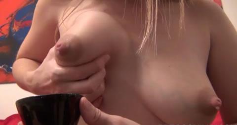 人妻がカップに母乳を搾り出し!