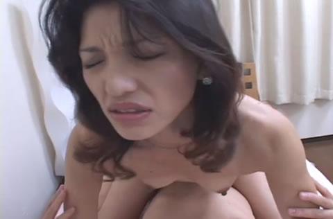 アダルト動画:貧乳熟女の膣内射精