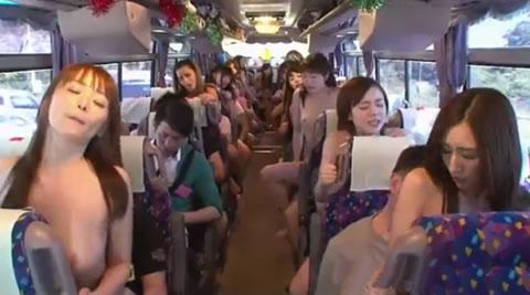バスの中で集団SEX!