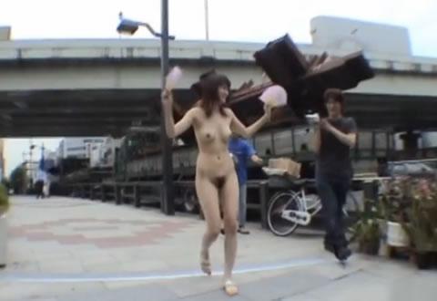 スレンダーな美人お姉さんが街中の歩道を全裸で駆け抜けます!