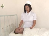 【コスプレ・制服】爆乳のナース、鈴香音色出演の動画。鈴香音色 具合が悪い入院患者におっぱい投薬する爆乳ナース