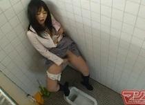 女子校生トイレde立ちオナニー盗撮