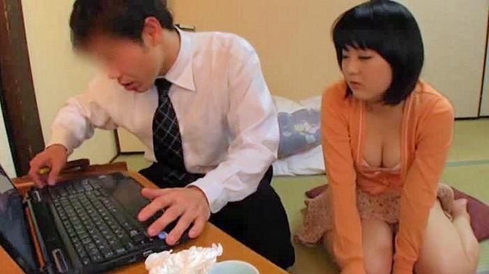 (むちむち・むっちり)むっちりのヒトヅマのsexムービー。パソコンの出張修理に来た男を挑発してナカ出しsexしちゃうむっちりヒトヅマ