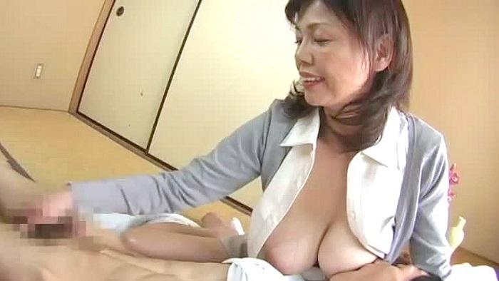 【巨乳・爆乳】五十路のお母さんの手コキ動画。おなかの空いた息子を優しく授乳手コキしちゃう五十路爆乳お母さん
