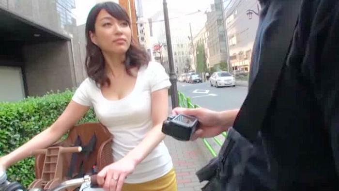 (ナカ出し)美巨乳の奥さん、星野あかり出演のsexムービー。親しい美巨乳奥さんに写真モデルをお願いしたらムラムラしたのでナカ出しsex☆