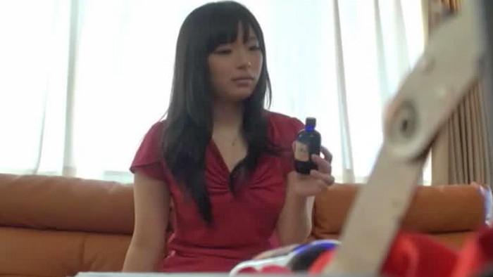 【人妻】人妻、前田陽菜出演の大量潮吹き動画。怪しげな媚薬入りドリンクを飲んだ人妻が発情して大量潮吹きイキ!