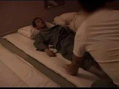 隣に寝ている男性のちんこを咥えアナルに指を入れちゃう夜這い動画