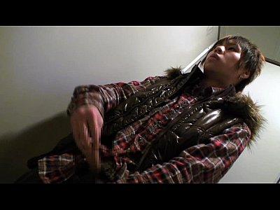 【イケメンゲイ動画】バンドマン風のファー付きジャケット着たイケメンがトイレでこっそりオナニー