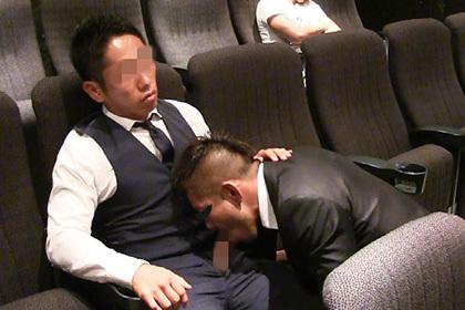 顔出しNGの大人気バリタチマッチョ兄貴が、映画館でスーツのままホモSEX!