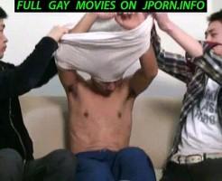 【bl】2人の男が1人の男の乳首を入念に責める!舐められてるほうは我慢が出来なくなってそう!