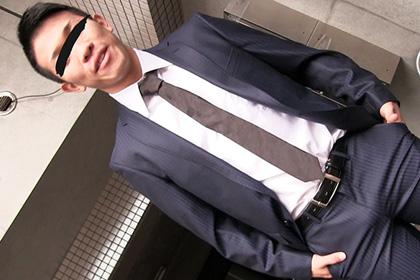 スーツなのにエロ過ぎ!股間もっこりもぷりケツもぴちぴちスーツでクッキリ!