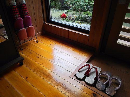 20170820草津温泉民泊花栞(はなしおり)玄関横から見えるイングリッドバーグマンと可愛い鼻緒の下駄