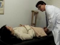 ヘンリー塚本 欲求不満な痴女が診察室で医者を誘惑してセックスを始めだす。