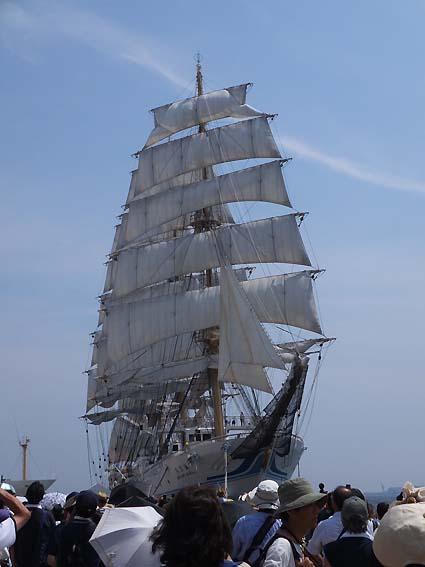 帆を広げた「海王丸」