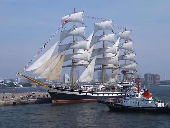 帆を広げた「パラダ」